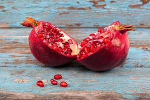 frischer Granatapfel auf Holzbrettern. foto
