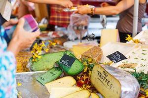 Verkauf und Kauf von Käse auf dem Markt in der Provence, Frankreich. foto