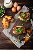 French Toast mit hausgemachtem Schinken, Gouda foto