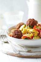 Tagliatelle mit Gemüse und Fleischbällchen foto