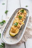 Zucchini gefüllt mit Fleisch und Käse foto
