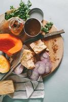 Zutaten, Gemüse und Käse auf dem Schneidetisch kochen,