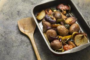 Tablett gebackene Kartoffeln und Gemüse foto