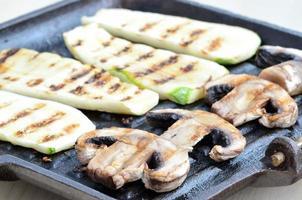 Pilze und Zucchini auf dem Grill foto