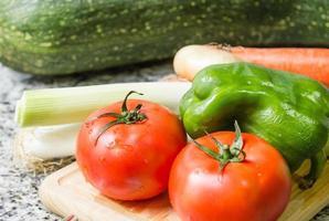 frisches Gemüse auf Schneidebrett in der Küche foto
