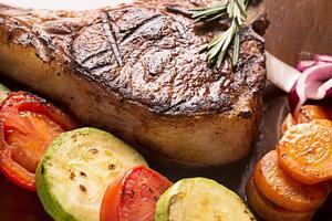 Gegrilltes Fleisch mit Gemüse und Rosmarin foto