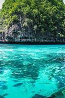 klares Wasser und Felseninsel