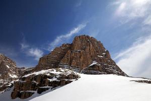 schneebedeckte Felsen am schönen Tag foto