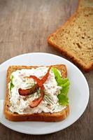 Frühstücks-Sandwich mit Brotaufstrich und Speck foto