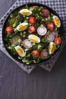 frischer Salat mit Ei, Radieschen und Kräutern vertikale Draufsicht