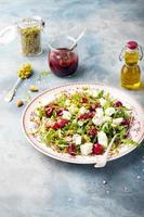 Salat mit Rucola, Kirschen und Ziegenkäse.