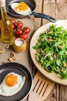 Spiegeleier mit Salat und Nüssen foto