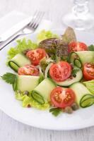 Gemüsesalat mit Gurke foto