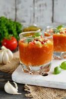 frische Gazpacho auf einem Holztisch foto