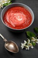 leckere Suppe aus gebackenen Rote Beete mit Sahne foto