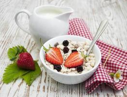 Getreidemüsli mit Erdbeeren foto