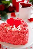 Geburtstagstorte zum Valentinstag mit Rosen.