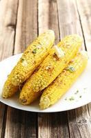 frisch leckerer gegrillter Mais mit Butter auf braunem Tisch