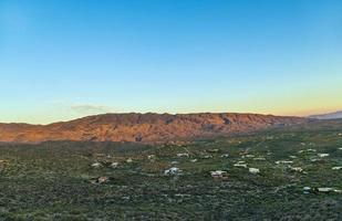 goldener Sonnenuntergang in Tuscon, Arizona mit Gebirgszug