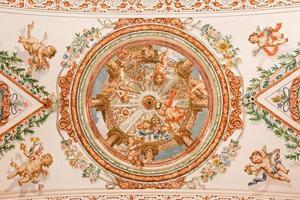 Sevilla - Engel mit Insignien des Papstfreskos foto