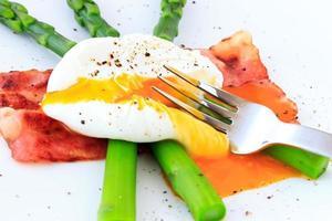 pochiertes Ei auf grünem Spargel foto