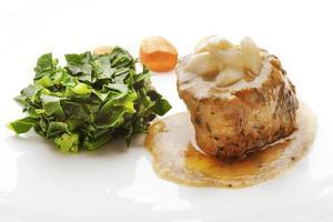 saftiger Filet Mignon serviert mit Sauce und Gemüse foto