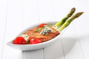 Schweinekotelett mit Blauschimmelkäse und Gemüse foto