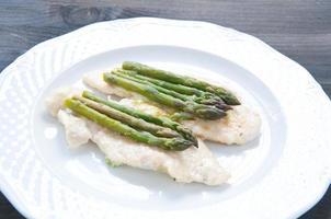 Kalbsschnitzel in Butter mit Spargel gekocht foto