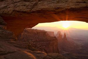 Sunburst am Mesa Arch