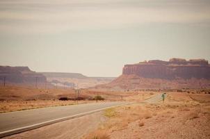 staubige Straße zum Monument Valley foto