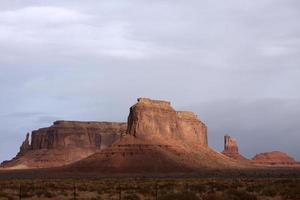 Monument Valley Buttes mit grauem Himmel Hintergrund foto