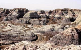 Straße, die sich durch gemalte Wüste windet foto