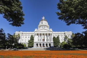 Kalifornien Kapitol Gebäude mit Mohnblumen foto