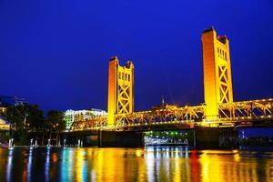 Zugbrücke mit goldenen Toren in Sacramento foto