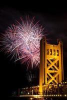 Feuerwerk hinter der Sakramento-Turmbrücke foto