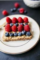 Toast mit Erdnussbutter und Beeren