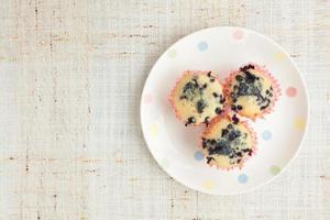hausgemachte Blaubeermuffins im Papier Cupcake Halter foto
