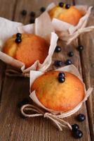 leckere Cupcakes mit Blaubeeren auf Tischnahaufnahme foto