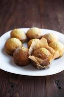 hausgemachte Muffins in Teller auf Holztisch foto