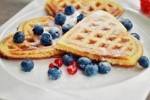 Frühstück - Waffeln mit frischen Beeren