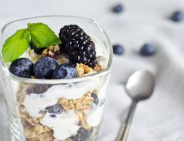 Glas mit Joghurt, Müsli und Fritten