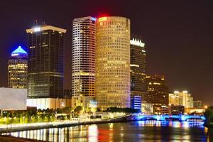 Innenstadt Tampa nach Einbruch der Dunkelheit foto