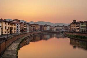 Sonnenaufgang am Fluss Arno foto