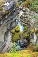Fluss geschnitzte Felsen