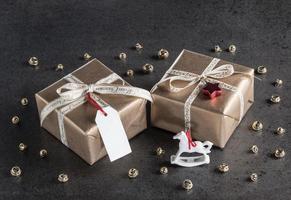 Weihnachtsgeschenke, Geschenkanhänger, Weihnachtsdekorationen, Schaukelhor foto
