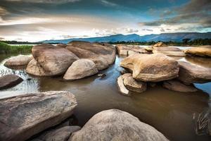 felsige Berge und Fluss foto
