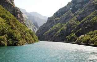 Fluss Neretva in der Nähe von Jablanica foto