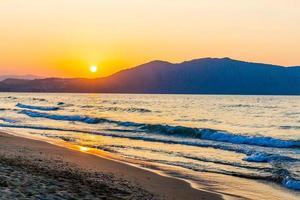 Strand am Sonnenuntergang im Dorf Kavros auf Kreta, Griechenland