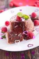 Schokoladenkuchen und Himbeere foto