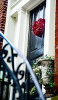 Treppe zur Haustür mit herzförmiger Blume